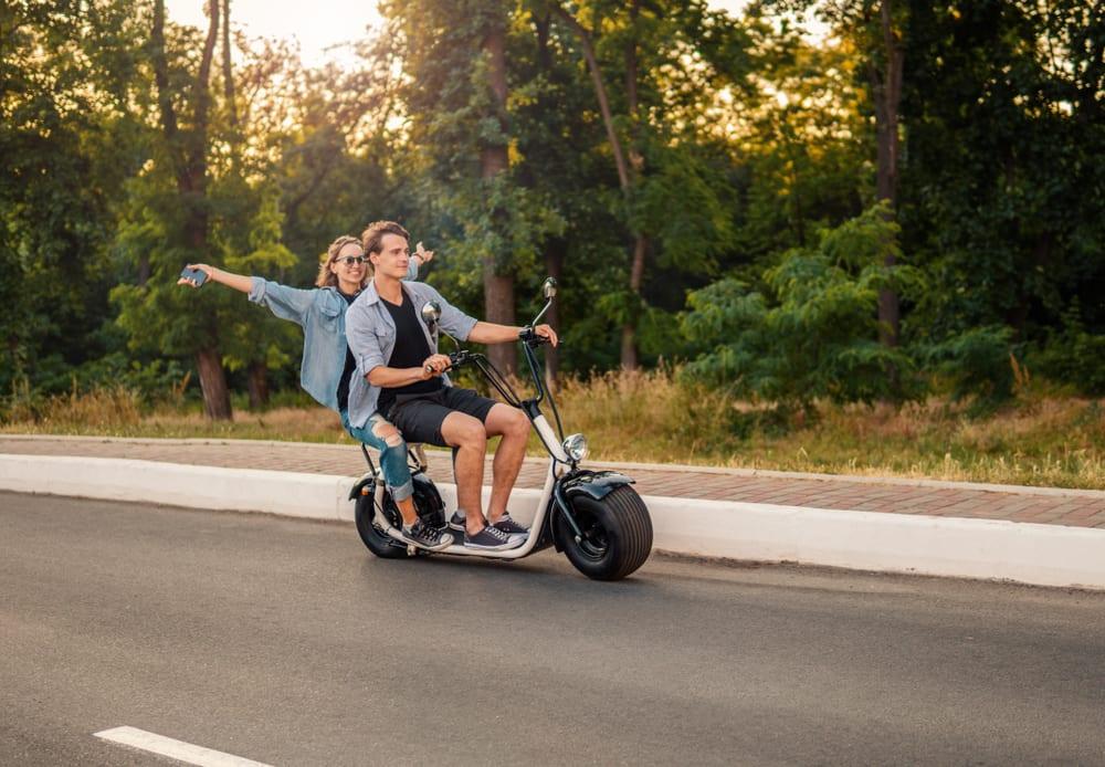 Man en vrouw op een e-scooter